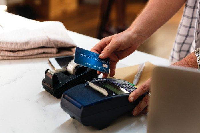 Fare acquisti con i contanti in Bulgaria.